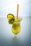 Λεμονάδα φρούτων στο γυαλί τυφώνα με το ακτινίδιο και το λεμόνι Στοκ Εικόνες
