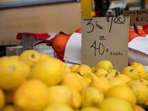Λεμόνια για την πώληση στην αγορά αγροτών ` s στοκ εικόνα με δικαίωμα ελεύθερης χρήσης