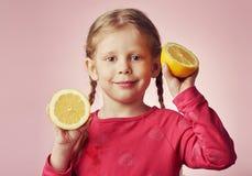 Λεμόνια εκμετάλλευσης μικρών κοριτσιών Στοκ Εικόνες