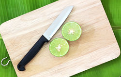 Λεμόνια και μαχαίρι στους ξύλινους τέμνοντες πίνακες Στοκ φωτογραφία με δικαίωμα ελεύθερης χρήσης