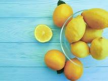 Λεμόνια και πορτοκάλια ώριμα στην μπλε ξύλινη φρεσκάδα Στοκ Εικόνες