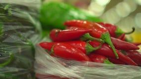 Λεμόνια και πράσινα στην αγορά Φρούτα και λαχανικά αγοράς Φωτεινά χρώματα των λαχανικών στην αγορά απόθεμα βίντεο