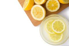 Λεμόνια και χυμός στο άσπρο υπόβαθρο Στοκ Εικόνα