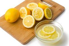 Λεμόνια και χυμός στο άσπρο υπόβαθρο Στοκ εικόνες με δικαίωμα ελεύθερης χρήσης