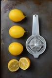 Λεμόνια και Juicer Στοκ εικόνα με δικαίωμα ελεύθερης χρήσης