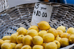 λεμόνια καλαθιών Στοκ Φωτογραφία