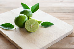 Λεμόνια με το πράσινο φύλλο στοκ φωτογραφία με δικαίωμα ελεύθερης χρήσης