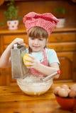Λεμόνια μηχανών πλανίσματος λίγων αστεία κοριτσιών στην κουζίνα Στοκ Εικόνες