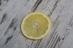 Λεμόνια που κόβονται ανοικτά σε έναν τέμνοντα πίνακα Στοκ εικόνες με δικαίωμα ελεύθερης χρήσης