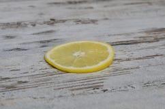 Λεμόνια που κόβονται ανοικτά σε έναν τέμνοντα πίνακα Στοκ φωτογραφία με δικαίωμα ελεύθερης χρήσης
