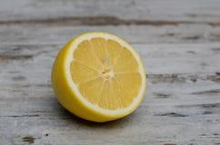 Λεμόνια που κόβονται ανοικτά σε έναν τέμνοντα πίνακα Στοκ Φωτογραφία
