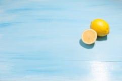 Λεμόνια σε ένα μπλε υπόβαθρο στοκ φωτογραφίες με δικαίωμα ελεύθερης χρήσης