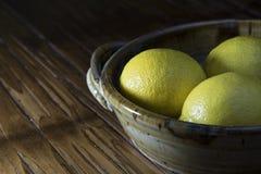 Λεμόνια σε ένα πιάτο Στοκ Εικόνες