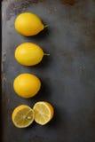 Λεμόνια στο φύλλο ψησίματος μετάλλων Στοκ εικόνα με δικαίωμα ελεύθερης χρήσης