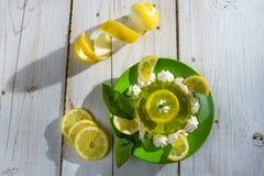λεμόνι ζελατίνας επιδορπίων που γίνεται ξινό Στοκ Φωτογραφία