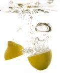 λεμόνι κάτω από το ύδωρ Στοκ Εικόνες