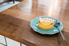 Λεμόνι ξινό στο μπλε πιάτο Στοκ Φωτογραφίες