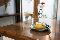 Λεμόνι ξινό στο μπλε πιάτο Στοκ Εικόνες