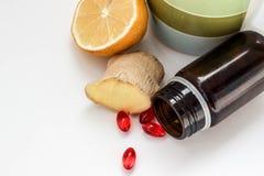 Λεμόνι, πιπερόριζα και χάπια για τη θεραπεία στοκ εικόνες