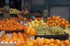 Λεμόνι στη μέση μεταξύ των φρούτων στοκ φωτογραφία