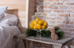 Λεμόνι στο βάζο στην κρεβατοκάμαρα ντεκόρ με το λεμόνι στοκ φωτογραφία με δικαίωμα ελεύθερης χρήσης