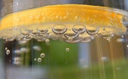Λεμόνι στο νερό στοκ φωτογραφία με δικαίωμα ελεύθερης χρήσης
