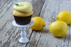 Λεμόνι Cupcake με τα φρέσκα λεμόνια Στοκ Εικόνες