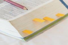 Λεξικό αγγλικά για τη μελέτη για το επιτραπέζιο λευκό Στοκ φωτογραφία με δικαίωμα ελεύθερης χρήσης