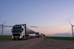 Λεπίδα ανεμόμυλων στο φορτηγό στοκ φωτογραφία με δικαίωμα ελεύθερης χρήσης