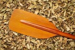 Λεπίδα του ξύλινου κουπιού καγιάκ ή κανό στοκ εικόνες με δικαίωμα ελεύθερης χρήσης