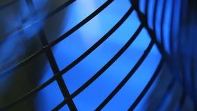 Λεπίδες ανεμιστήρων που περιστρέφονται στο μπλε υπόβαθρο απόθεμα βίντεο