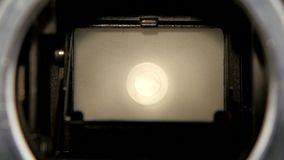 Λεπίδα παραθυρόφυλλων καμερών διαφραγμάτων Κινηματογράφηση σε πρώτο πλάνο μέσω ενός παλαιού φακού καμερών απόθεμα βίντεο