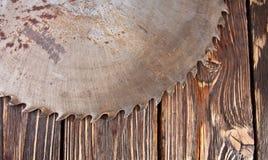 Λεπίδα πριονιών μετάλλων σε ένα ξύλινο υπόβαθρο Στοκ Φωτογραφία
