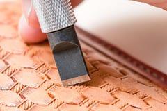 Λεπίδα του χαράζοντας σχεδίου μαχαιριών στροφέων στο δέρμα Στοκ Εικόνες