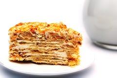 Λεπιοειδής ζύμη με την κρέμα σε ένα πιάτο δίπλα σε μια κανάτα με το γάλα Στοκ εικόνες με δικαίωμα ελεύθερης χρήσης