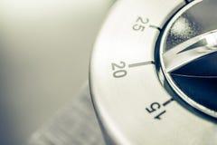 20 λεπτά - αναλογικό χρονόμετρο κουζινών χρωμίου στον ξύλινο πίνακα Στοκ φωτογραφίες με δικαίωμα ελεύθερης χρήσης