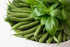 Λεπτά γαλλικά πράσινα φασόλια με το βασιλικό στοκ φωτογραφίες
