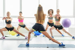 Λεπτά ενεργά κορίτσια στη γυμναστική Στοκ Εικόνες