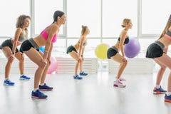 Λεπτά ενεργά κορίτσια στη γυμναστική Στοκ φωτογραφία με δικαίωμα ελεύθερης χρήσης