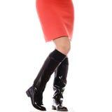 Λεπτά θηλυκά πόδια στα σκοτεινά υψηλά τακούνια Στοκ Φωτογραφίες