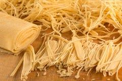 Noodles περικοπών χεριών για τη σούπα Στοκ Φωτογραφίες