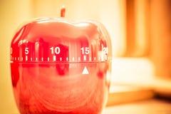 15 λεπτά - κόκκινο χρονόμετρο αυγών κουζινών στη φωτεινή ατμόσφαιρα Στοκ Εικόνα