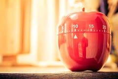 10 λεπτά - κόκκινο χρονόμετρο αυγών κουζινών στη φωτεινή ατμόσφαιρα Στοκ Εικόνα