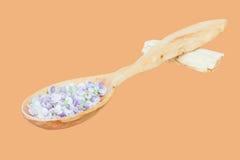 Λεπτά μπλε πέταλα λουλουδιών σε ένα ξύλινο κουτάλι Στοκ εικόνα με δικαίωμα ελεύθερης χρήσης