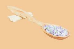 Λεπτά μπλε πέταλα λουλουδιών σε ένα ξύλινο κουτάλι Στοκ φωτογραφία με δικαίωμα ελεύθερης χρήσης