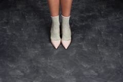 Λεπτά πόδια μιας γυναίκας στο στούντιο στο μαύρο υπόβαθρο Περιοδικό μόδας προσθέστε το κείμενό σας στοκ εικόνες με δικαίωμα ελεύθερης χρήσης
