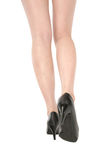 Λεπτά πόδια της ελκυστικής γυναίκας στο άσπρο υπόβαθρο Στοκ Εικόνες