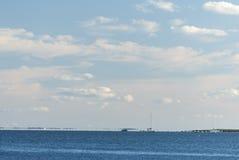 Λεπτά σύννεφα πέρα από τον κόλπο καρακαξών στοκ φωτογραφία με δικαίωμα ελεύθερης χρήσης
