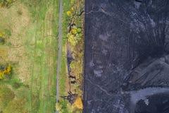 Λεπτά σύνορα μεταξύ της φύσης και της βιομηχανίας Στοκ εικόνα με δικαίωμα ελεύθερης χρήσης