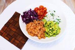 Λεπτά - τεμαχισμένα συστατικά για μια σαλάτα σολομών Στοκ εικόνες με δικαίωμα ελεύθερης χρήσης